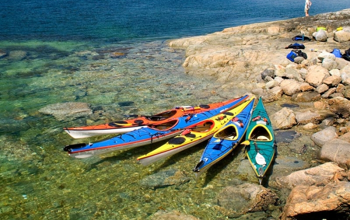 sea-kayak-in-desolation-sound-kayaks-rocky-shoreline-recreation-powell-river-british-columbia
